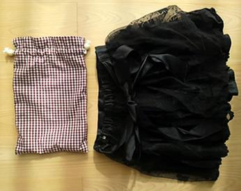 チェックがらの巾着とレースのスカート