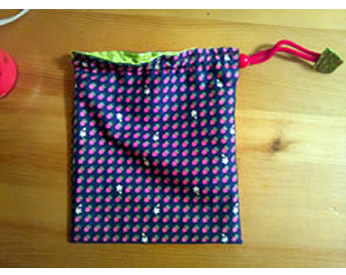 水玉模様の生地で作った巾着袋