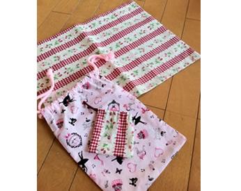 ピンク柄の生地の生地で作ったランチョンマットと巾着袋